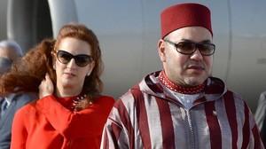 El rey Mohamed VI camina por delante de la princesa Lalla Selma para recibir al rey Felipe VI en Rabat, en el 2014.