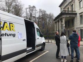 El personal contratado de la embajada española en Berlín vota su comité de empresa en plena calle