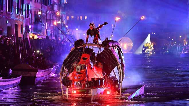 Empieza el Carnaval en Venecia con un espectáculo flotante en uno de sus canales.