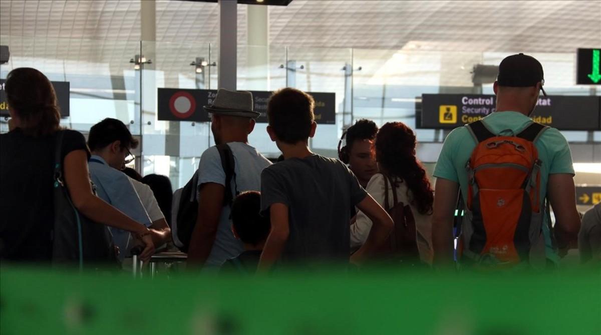 Entrada al control de seguridad del aeropuerto de El Prat, este martes.