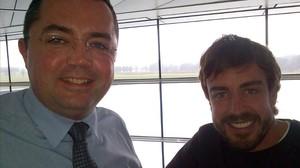 Eric Boullier y Fernando Alonso, en las instalaciones de McLaren en Inglaterra.
