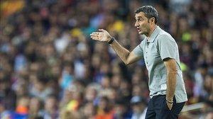 Valverde da instrucciones a sus jugadores durante el Barça-Valencia.