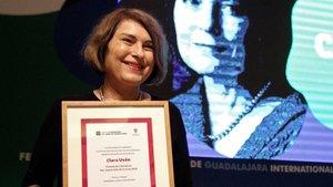 La escritora barcelonesa Clara Usón recibe el premio Sor Juana Inés de la Cruz en la FIL de Guadalajara.