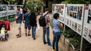 Visitantes en la exposición sobre los 40 años de EL PERIÓDICO, en los jardines del Palau Robert de Barcelona.