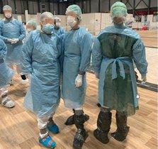 Usan bolsas de basura en el hospital temporal de Ifema.