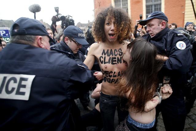La policía se lleva detenida a una de las activistas de Femen.