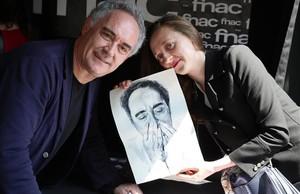 Ferran Adria recibe el regalo de una fan.