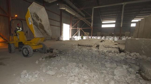 Trabajos en la planta de tratamiento de lodos durante la descontaminación de Flix.
