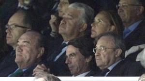 Florentino Pérez, junto al expresidente del Gobierno José María Aznar, en el palco del Bernabéu en un partido de Liga Madrid-Almería, en abril del 2015.