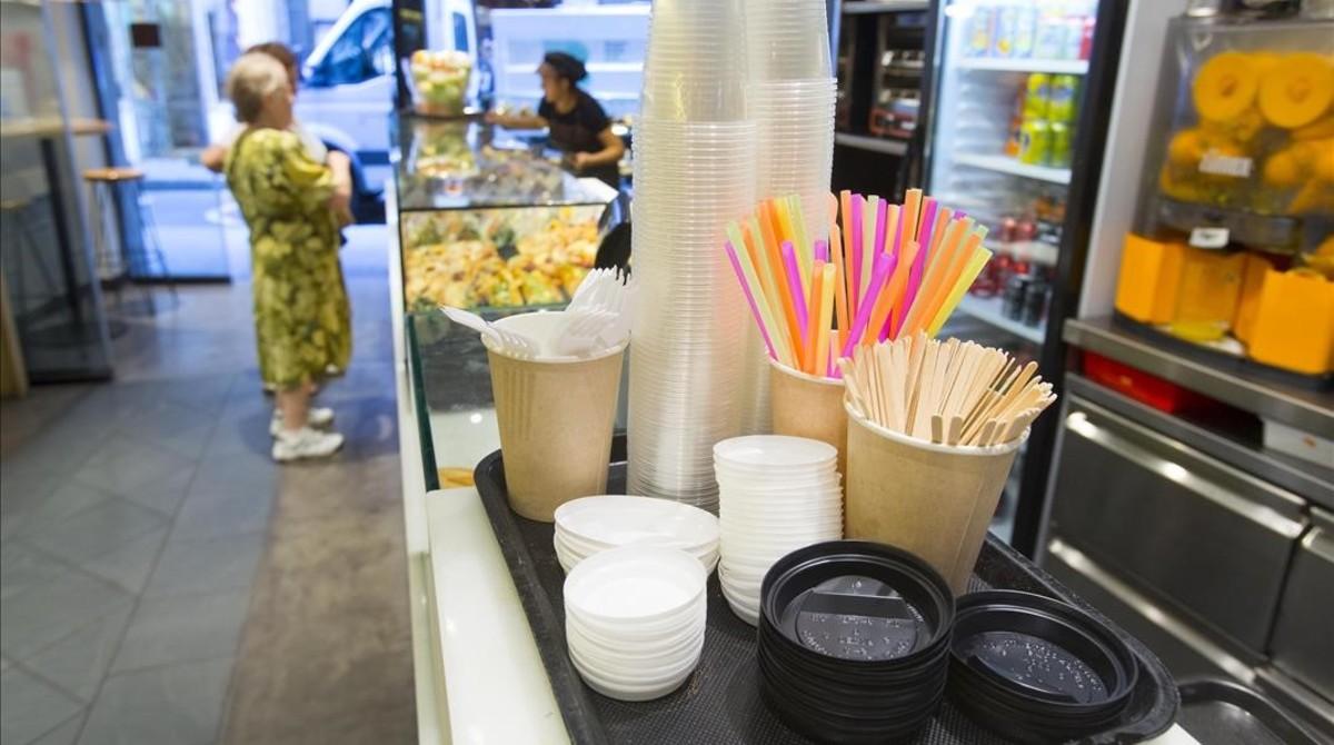 Cubiertos de plástico en una panadería-cafetería de Barcelona.