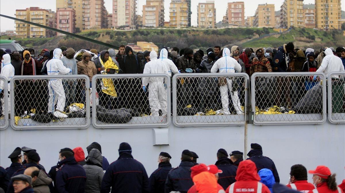 Un grupo de migrantres esperan para desembarcar a bordo de un barco de Frontex en Sicilia en una foto del febrero del 2015.