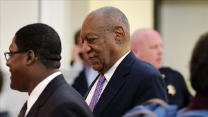 Bill Cosby entra en la sala donde se le juzgapor supuestos abusos sexuales, en Norristown, Pennsylvania.