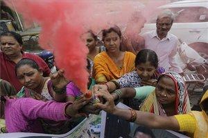 Mujeres indias celebranla muerte de cuatro sospechosos de violar y matar a una mujer en Shadnagar,el viernes 6 de diciembre del 2019, el mismo día en que falleció otrajoven violada que fue quemada al ir a testificar.