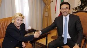El gobernador de Beirut,Ziad Shabib, estrecha la mano ala líder de la ultraderecha francesa,Marine Le Pen.
