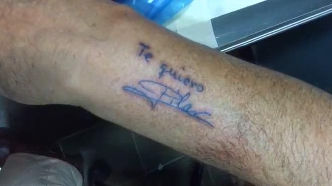 Vídeo viral del anciano que emociona al tatuarse la dedicatoria de su esposa. Te quiero: Pilar.