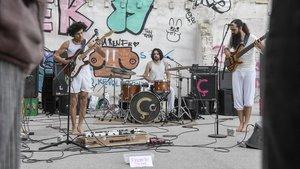 El grupo Ça durante su actuaciónen el solar de la calle Vallespir, en Sants.