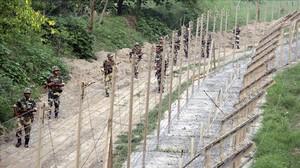 Guardias indios en la frontera de Cachemira.