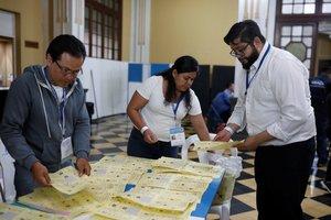 Los encargados de realizar el conteo de los votos en las elecciones de Guatemala.
