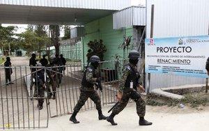 La policía de Honduras realiza operativos en un penal para menores.