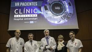Equipo médico del Clínic que ha presentado las gafas de realidad virtual.
