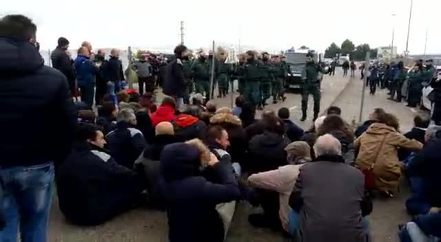 Funcionarios de Prisiones en huelga han forcejedado con agentes de la Guardia Civil esta mañana en los accesos a la prisión de Valdemoro tratando de impedir el acceso de un furgón policial que venía a recoger a un preso por una extradición.