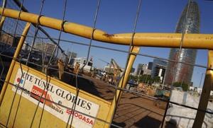 Cartel en Glòries con el nombre de las empresas que han dejado de ejecutarla fase 1 del túnel de las Glòries.