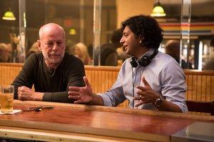 Bruce Willis y M. Night Shyamalan dialogan durante el rodaje.