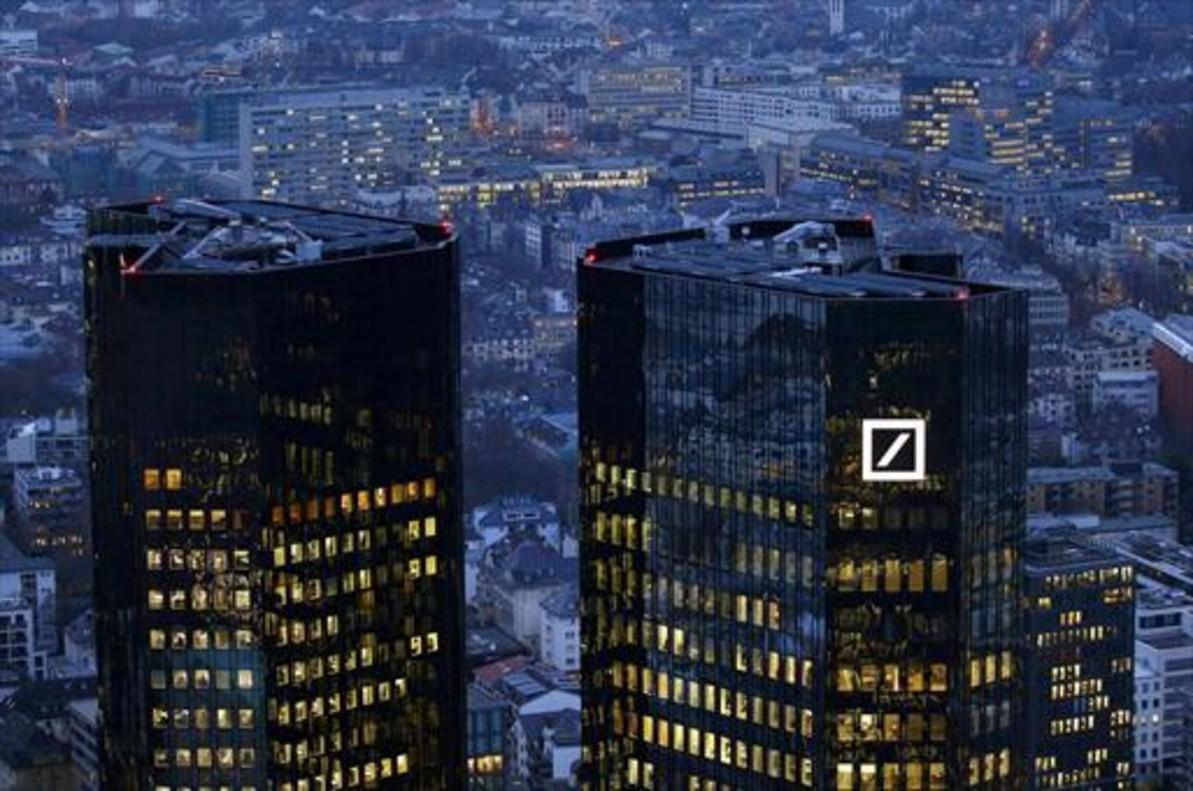Imagen crepuscular de la sede central del Deutsche Bank, en Fráncfort.