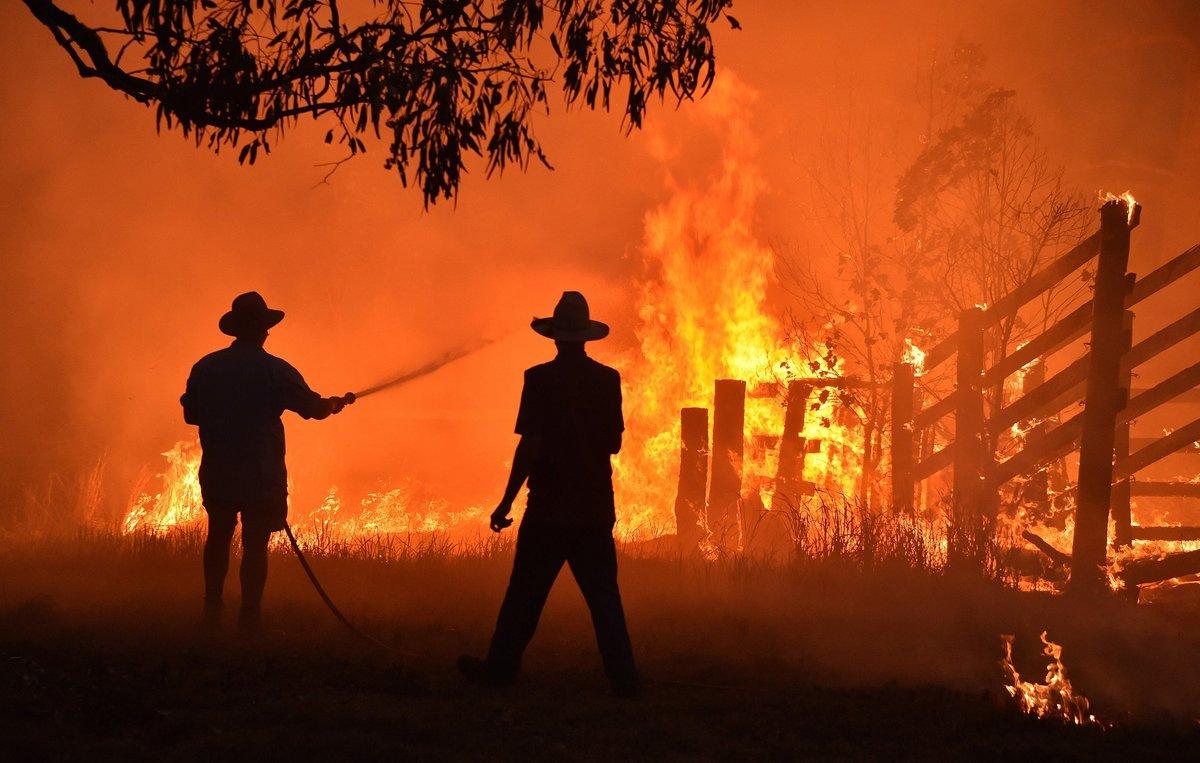 Els incendis obliguen milers de persones a passar el Cap d'Any a les platges d'Austràlia