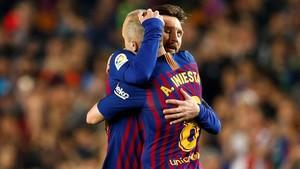 Iniesta abraza a Messi antes de abandonar el Camp Nou.