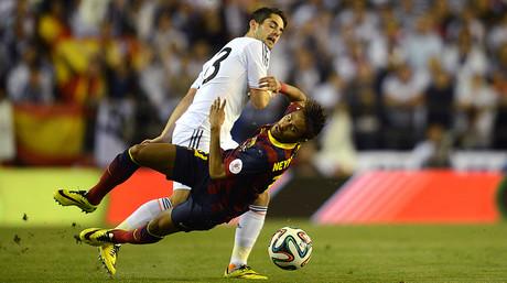 Isco fa caure Neymar en els primers compassos del partit.