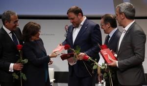 De izquierda a derecha, Patrici Tixis, Soraya Sáenz de Santamaría, Oriol Junqueras, Jaume Giró y Jaume Collboni, en el acto a favor de la candidatura de Sant Jordi como patrimonio inmaterial de la humanidad celebrado en el CaixaForum.