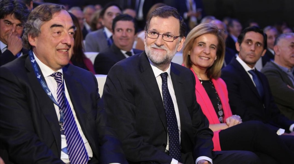 El Presidente del Gobierno, Mariano Rajoy,junto al presidente de CEOE, JuanRosell, y la ministra de Empleo, Fátima Bañez, en laclausura la 40ª Asamblea General de la CEOE.