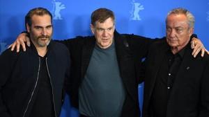 Joaquin Phoenix, Gus van Sant y Udo Kier, en la presentación de 'Don't worry he won't get far on foot' en Berlín