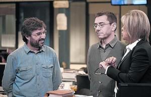 Jordi Évole, con Juan Carlos Monedero y Julia Otero, en la redacción de EL PERIÓDICO.