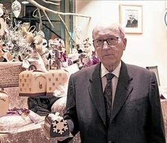 Jordi Madern muestra un tronco de Navidad en la Foix de Sarrià.