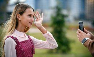 La joven bloguera Liza Anokhina graba un nuevo 'post' en un parque de Moscú.