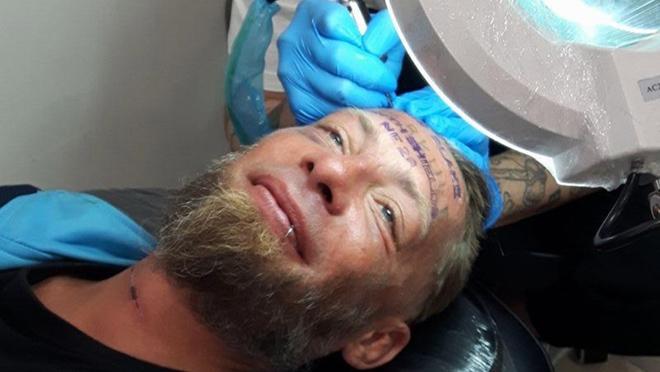 Jóvenes británicos pagan 100 euros a un vagabundo para tatuarse la frente, en una despedida de solteros en Benidorm