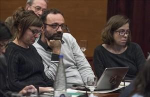 Los diputados de la CUP Mireia Vehí, Benet Salellas y Eulàlia Reguant en lacomisión de investigación sobre el supuesto financiamiento irrergular de CDC en marzo.