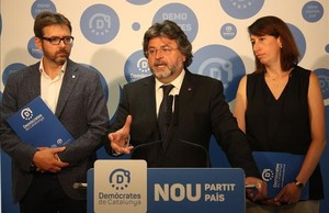 El líder de Demòcrates de Catalunya, Antoni Castella, flanqueado por Carles Prats y Assumpció Laïlla.