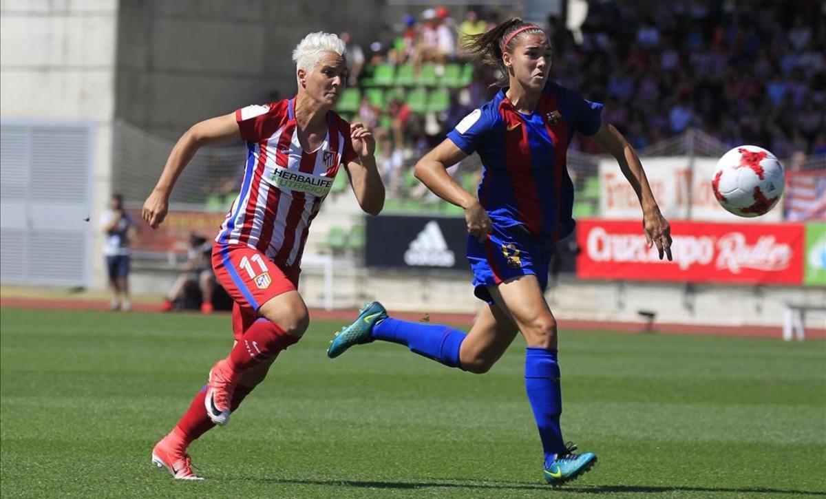 La jugadora del Atlético Priscila Borja y Leila Ouahabi, del Barça, persiguen el balón durante la final de la Copa de la Reina.