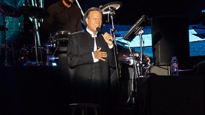 Julio Iglesias recibe un Grammy honorífico por su trayectoria.