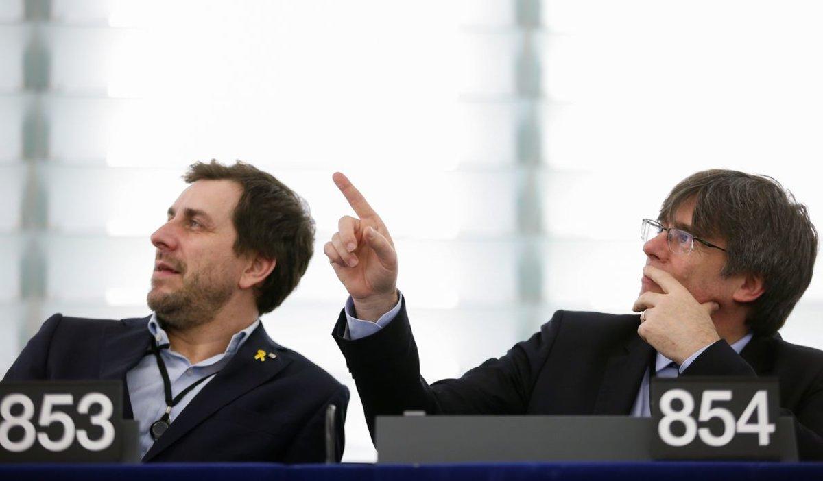 Toni Comín y Carles Puigdemont, en sus escaños del Parlamento Europeo.