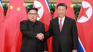 Fotografía de archivo demayo del 2018 de Kim Jong-un yXi Jinping enDalian, China.