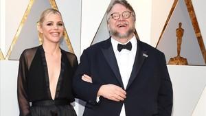 Kim Morgan y Guillermo del Toro, en la gala de los Oscar de este año.