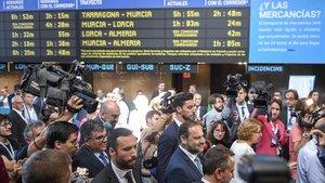 El ministro Ábalos, con barba y corbata azul claro, a su llegada al Gran Encuentro por el Corredor Mediterráneo.