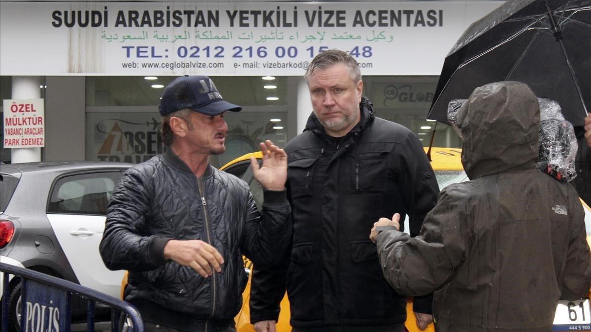Sean Penn, en las calles de Estabul, con el equipo de grabación.