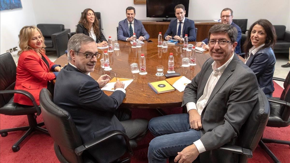 Los equipos negociadores de PP y Cs en Andalucía, el pasado 17 de diciembre, en Sevilla.