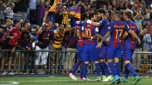 Los jugadores del Barça celebran uno de los goles marcados en el Calderón ante su afición.