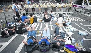 Los manifestantes bloquean una calle en las proximidades de la sede del Gobierno local de Hong Kong.